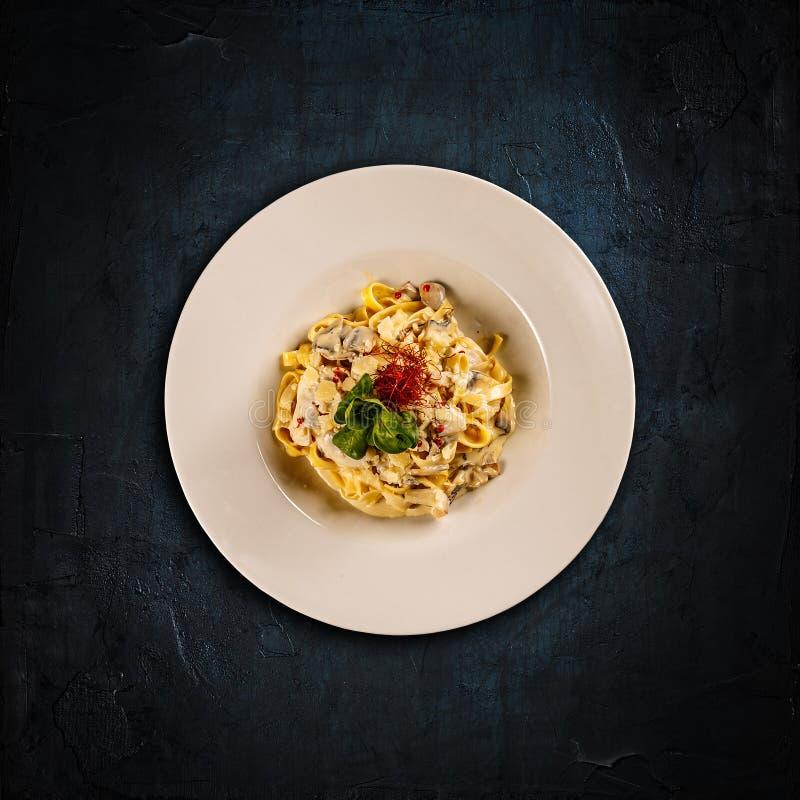 Fettuccine макаронных изделий с грибами стоковая фотография