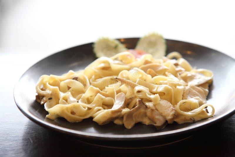 Fettuccine с цыпленком и сливк стоковое изображение