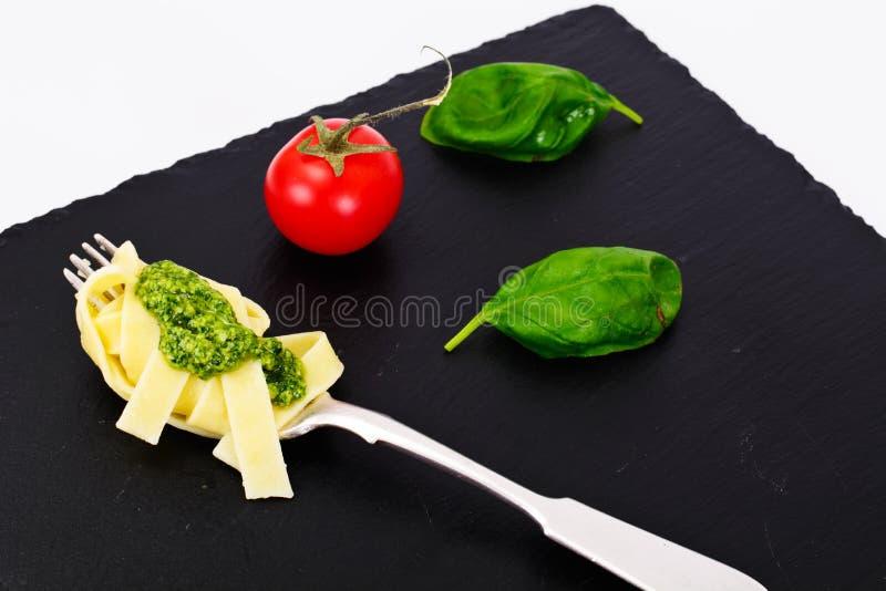 Fettuccine и Tagliatelle с Pesto базилика стоковое изображение rf