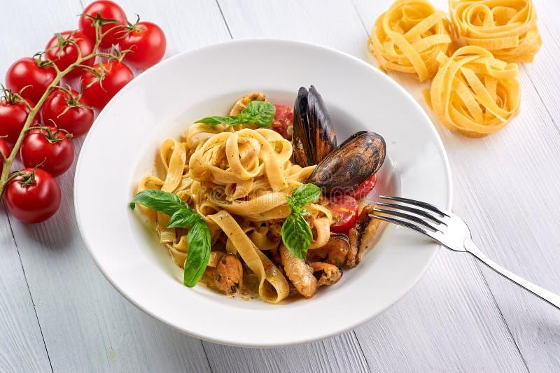 Fettuccine макаронных изделий морепродуктов с мидиями и базиликом Vongole спагетти - блюдо кухни traditonal итальянское стоковое фото