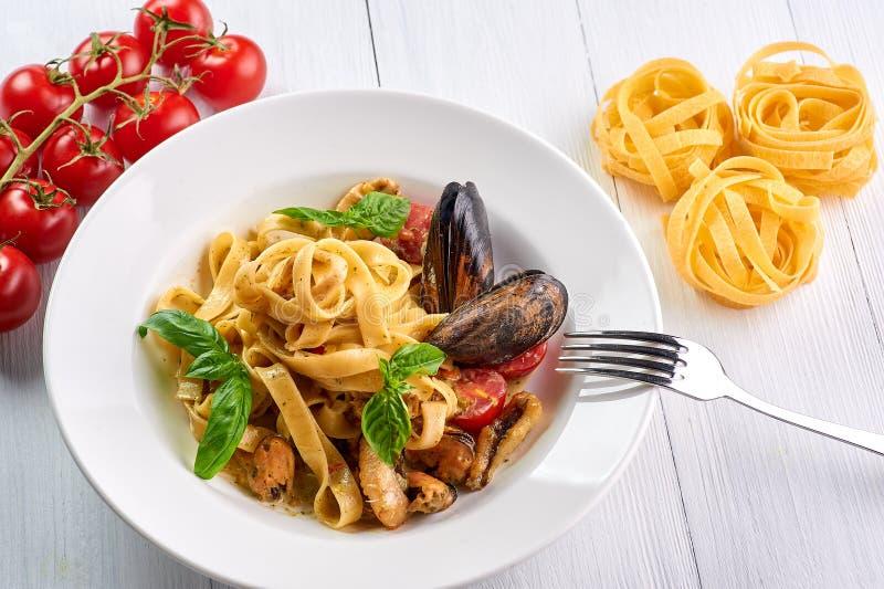 Fettuccine макаронных изделий морепродуктов с мидиями и базиликом Vongole спагетти - блюдо кухни traditonal итальянское стоковые фото