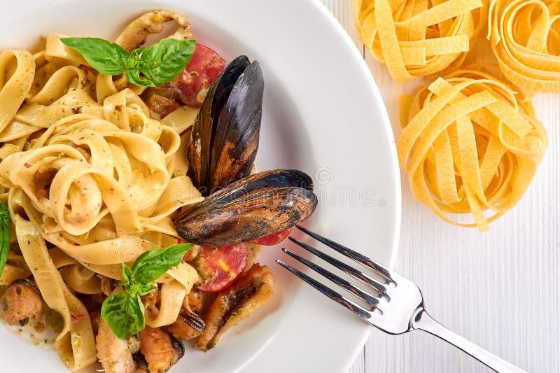 Fettuccine макаронных изделий морепродуктов с мидиями и базиликом Vongole спагетти - блюдо кухни traditonal итальянское стоковая фотография