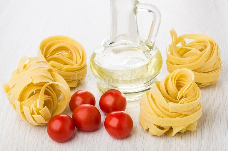 Fettuccine макаронных изделий, постное масло и вишня томата на таблице стоковая фотография