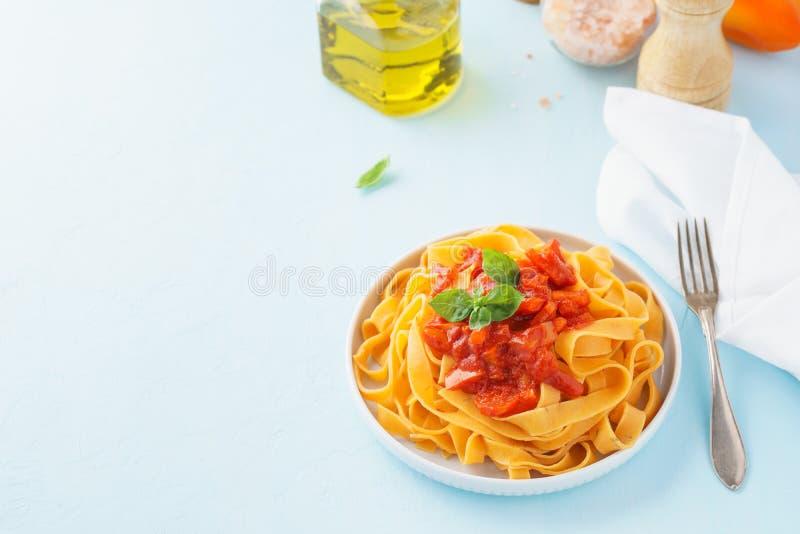 Fettuccine макаронных изделий с пряными томатным соусом, болгарскими перцами и базиликом стоковые изображения