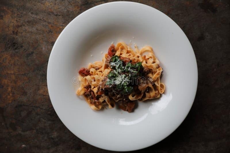 Fettuccine макаронных изделий Bolognese с говядиной и томатным соусом в темном стиле света мистика тона стоковое фото rf