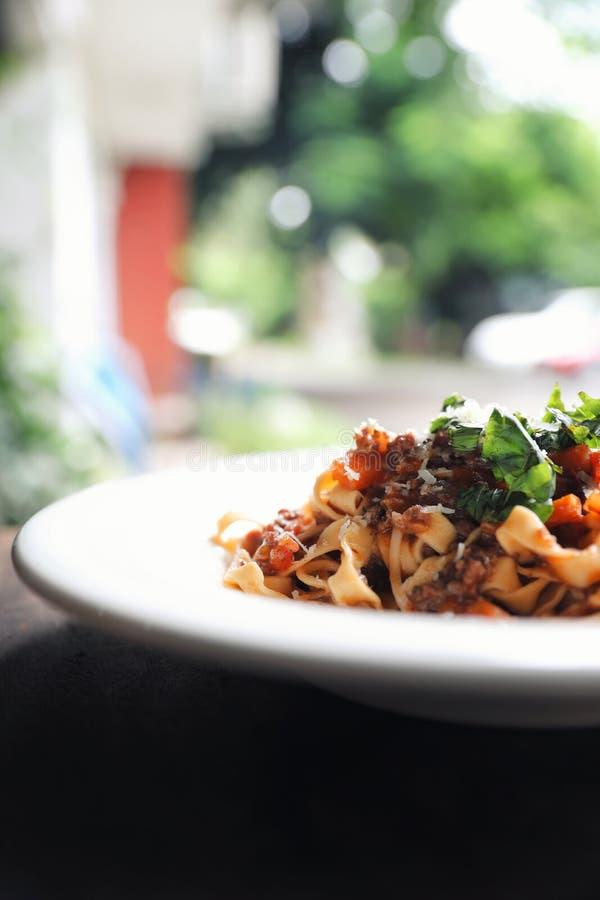 Fettuccine макаронных изделий Bolognese с говядиной и томатным соусом в темном стиле света мистика тона стоковые фотографии rf