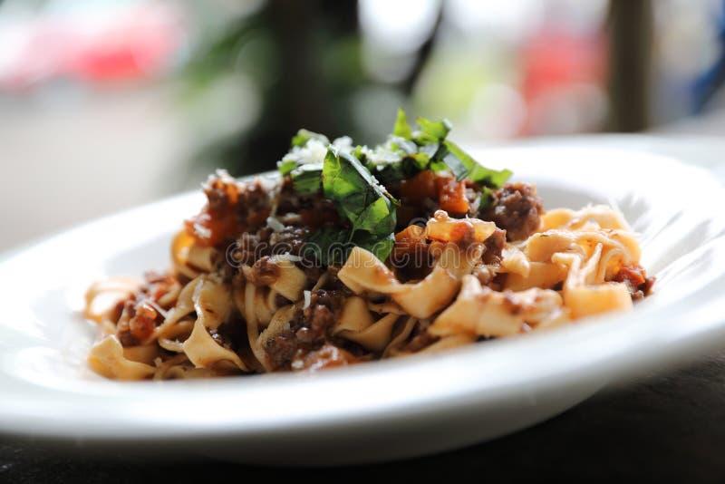 Fettuccine макаронных изделий Bolognese с говядиной и томатным соусом в темном стиле света мистика тона стоковая фотография