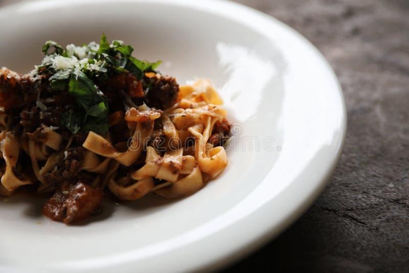 Fettuccine макаронных изделий Bolognese с говядиной и томатным соусом на деревянной предпосылке стоковые фото