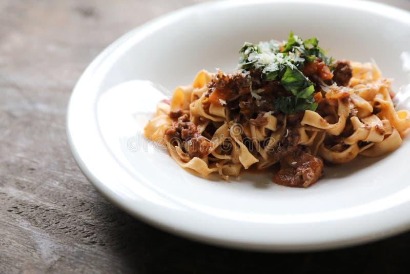 Fettuccine макаронных изделий Bolognese с говядиной и томатным соусом стоковые изображения
