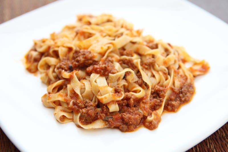 Fettuccine спагетти с соусом говядины стоковое фото