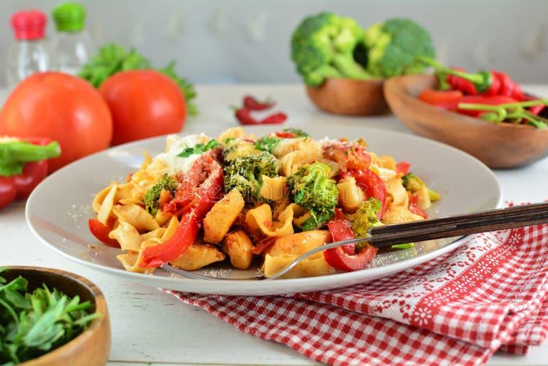 Fettuccine цыпленка с овощами на белой предпосылке стоковое изображение