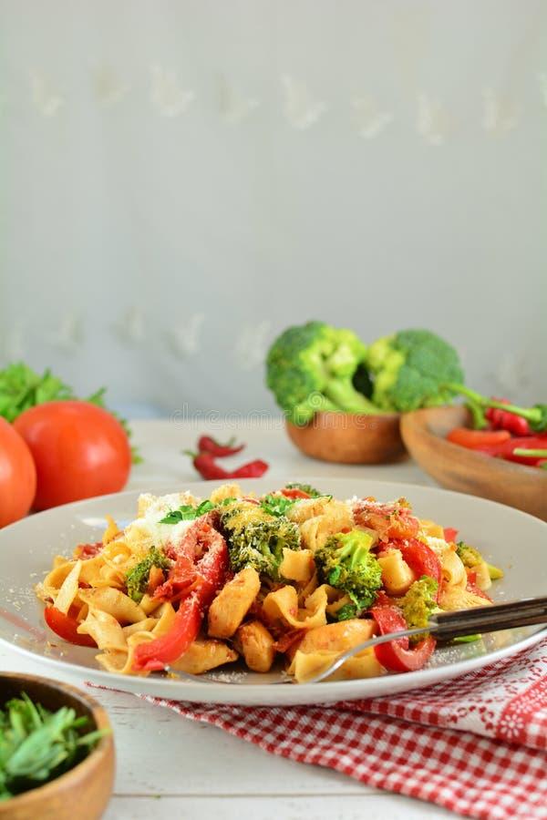 Fettuccine цыпленка с овощами на белой предпосылке стоковые фотографии rf