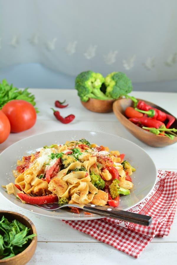 Fettuccine цыпленка с овощами на белой предпосылке стоковые фото