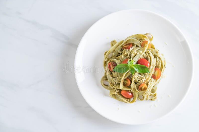 fettuccine шпината с томатами стоковые изображения