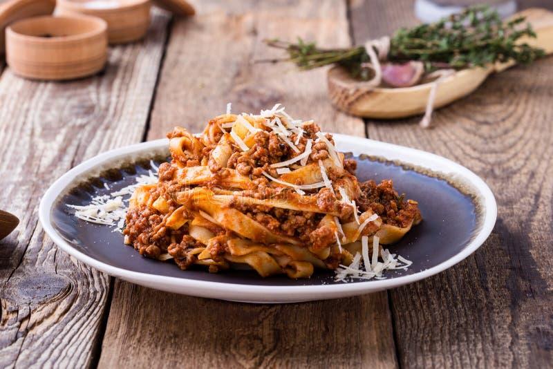 Ζυμαρικά Fettuccine με την από τη Μπολώνια σάλτσα και το θυμάρι στοκ εικόνα με δικαίωμα ελεύθερης χρήσης