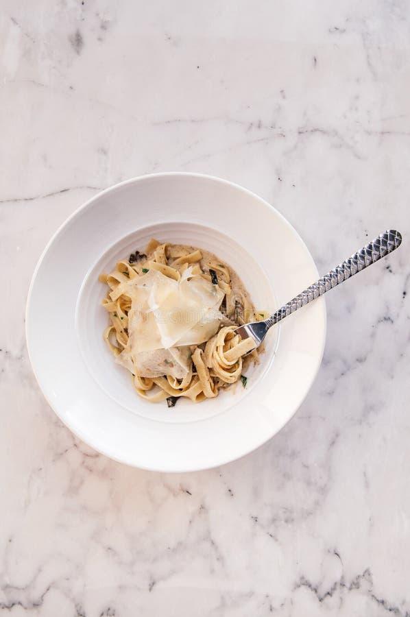 Fettuccine alfredo макаронных изделий с цыпленком, пармезаном и трюфелем top стоковые изображения