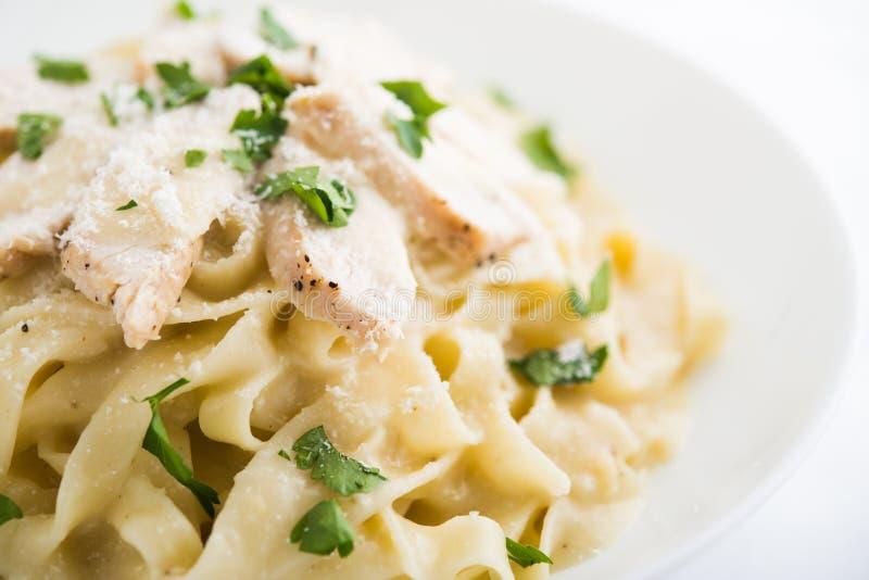 Fettuccine Alfredo de las pastas con el pollo, el parmesano y el perejil imagen de archivo libre de regalías