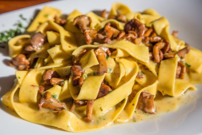 Fettuccine Alfredo med champinjoner i restaurang arkivfoton