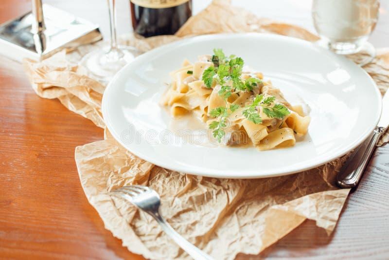Fettuccine Alfredo met Courgette, Bacon, Marjolein en Munt stock foto