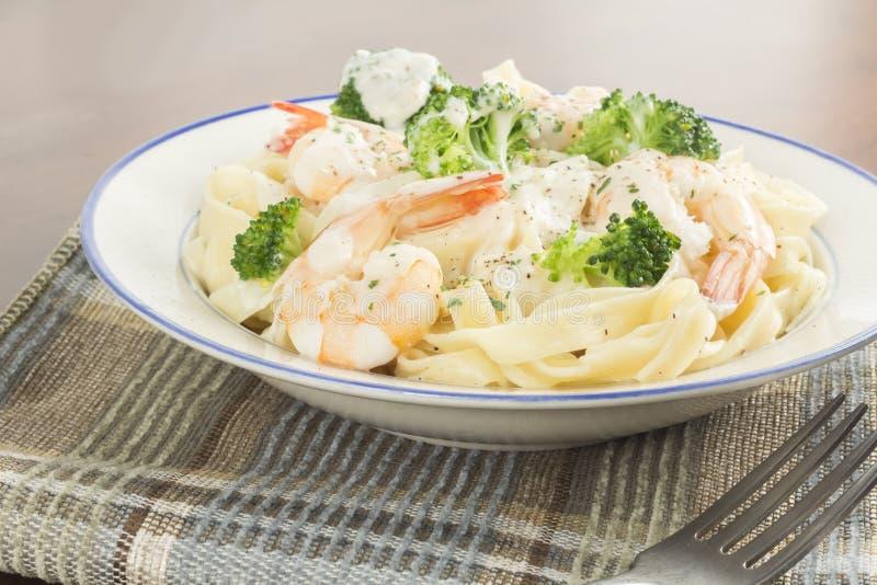 Download Fettuccine Alfredo Shrimp stock afbeelding. Afbeelding bestaande uit voedsel - 54091153