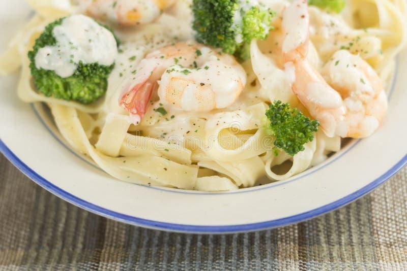 Download Fettuccine Alfredo Shrimp stock foto. Afbeelding bestaande uit saus - 54091156