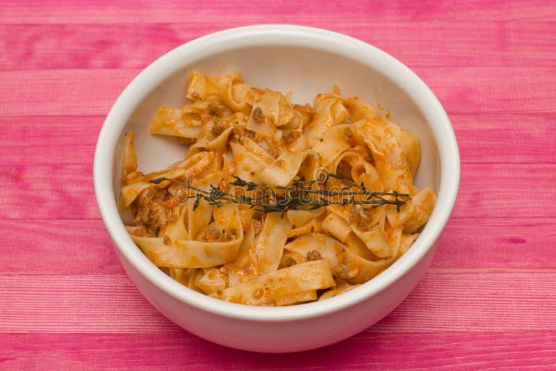 Fettuccine bolognese ζυμαρικών στο πιάτο στοκ φωτογραφίες