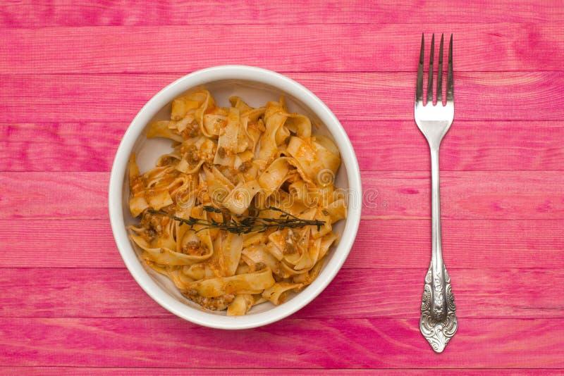 Fettuccine bolognese ζυμαρικών στο πιάτο στοκ εικόνες