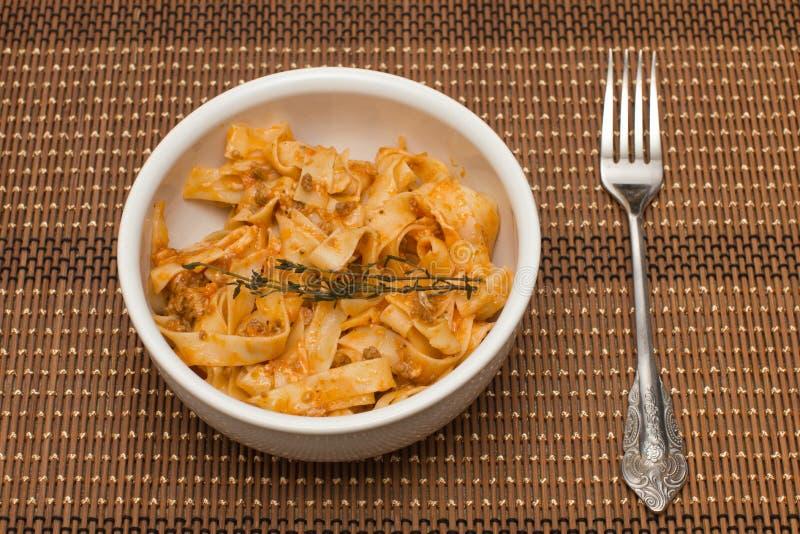 Fettuccine bolognese ζυμαρικών στο πιάτο στοκ φωτογραφίες με δικαίωμα ελεύθερης χρήσης