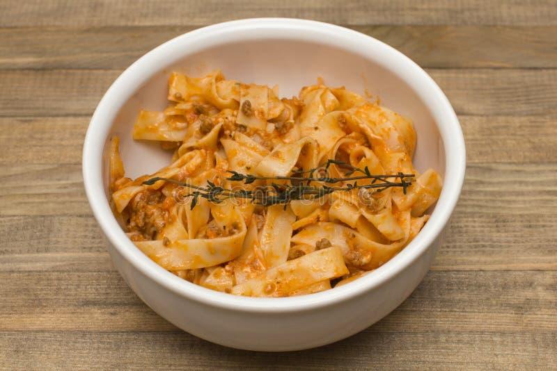 Fettuccine bolognese ζυμαρικών στο πιάτο στοκ εικόνα με δικαίωμα ελεύθερης χρήσης