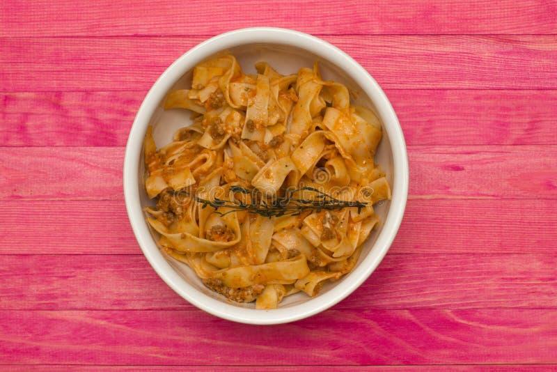 Fettuccine bolognese ζυμαρικών στο πιάτο στοκ φωτογραφία με δικαίωμα ελεύθερης χρήσης