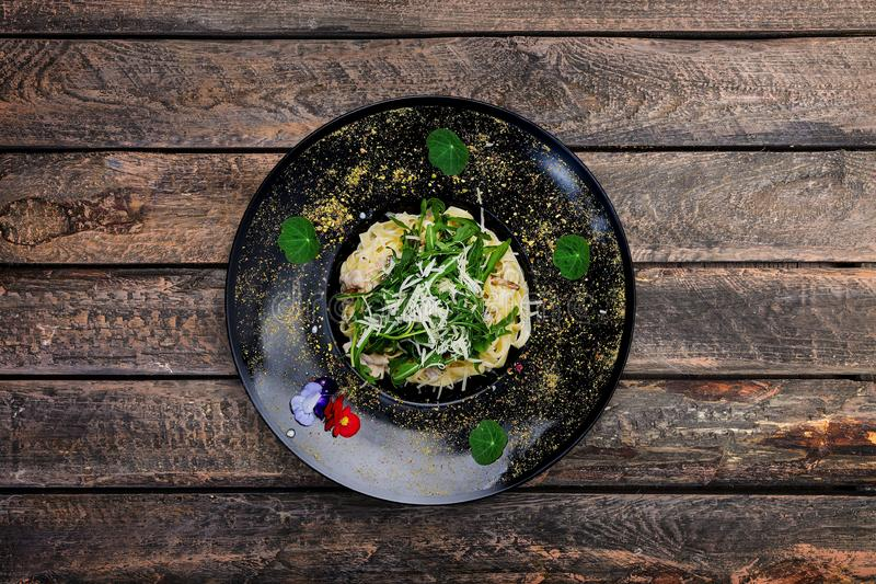 Fettuccine con il pollo ed il fungo fotografie stock