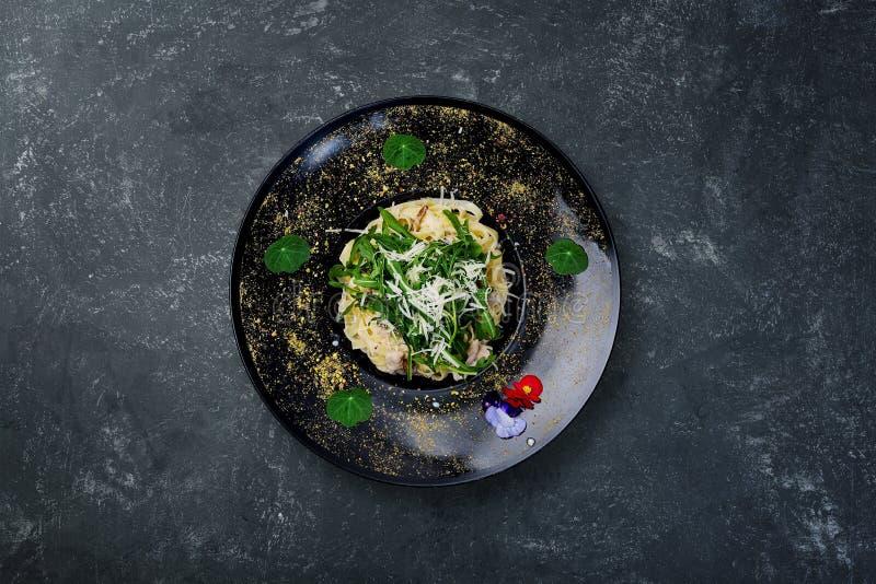 Fettuccine con il pollo ed il fungo immagini stock