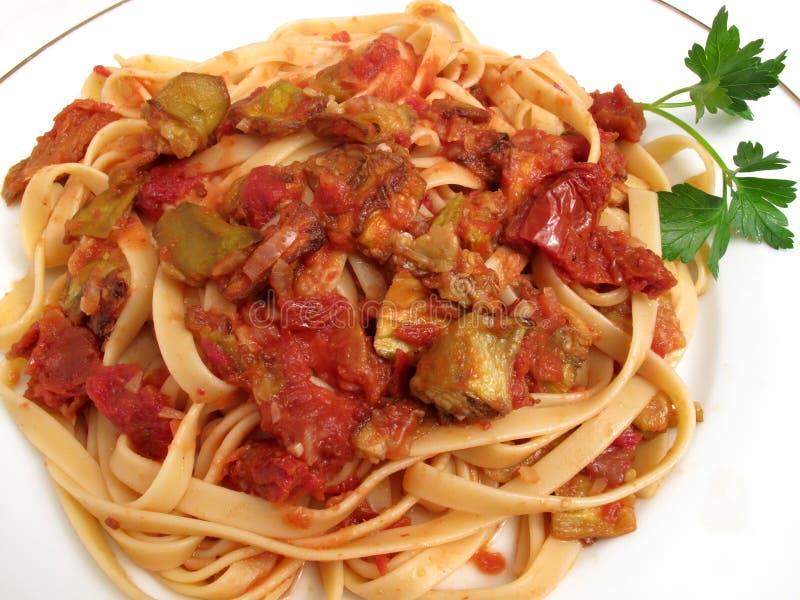 Fettuccine con la berenjena y los tomates imágenes de archivo libres de regalías