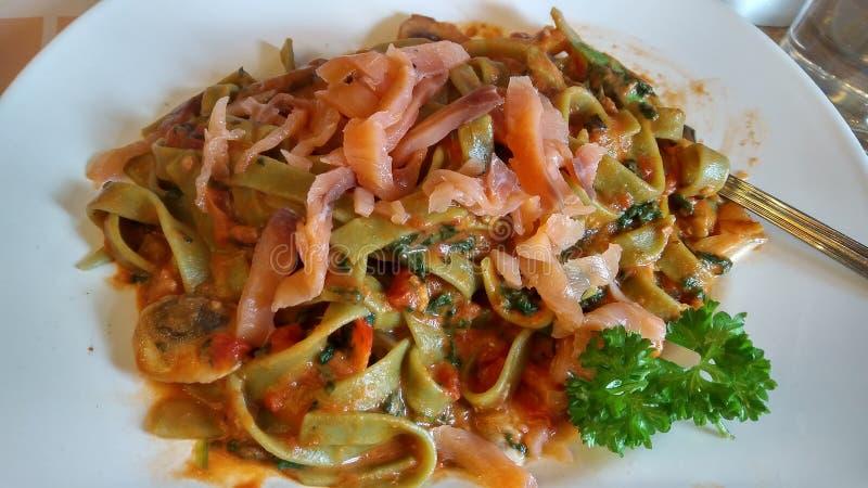 Fettuccine d'épinards avec des saumons photos libres de droits