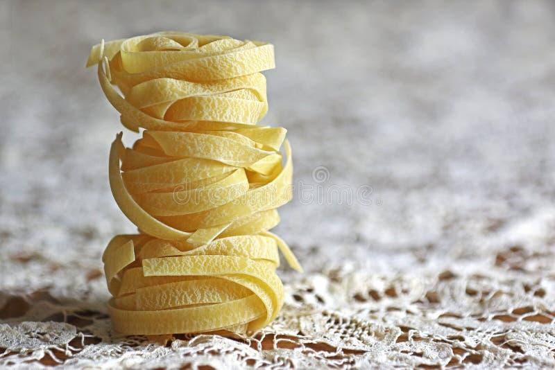 Fettuccine italien de pâtes sur une nappe de dentelle photos libres de droits