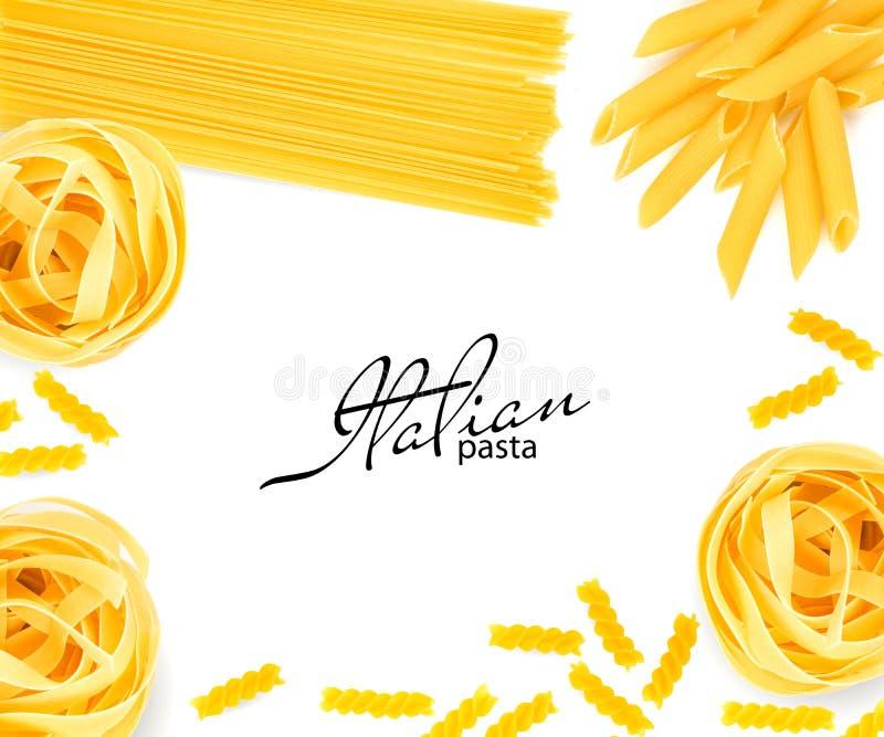 Fettuccine, spaghetti, penne, fusilli dal grano duro isolato su fondo bianco fotografia stock libera da diritti