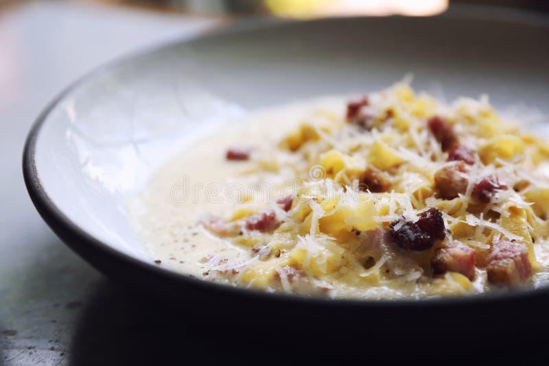 fettuccinecarbonara, de spaghetti van fettuccinedeegwaren met baconham en mushroon in witte saus, Italiaans voedsel stock fotografie