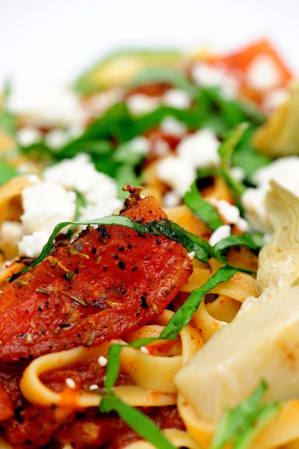 Fettuccini avec les tomates et le basilic de Suateed image libre de droits