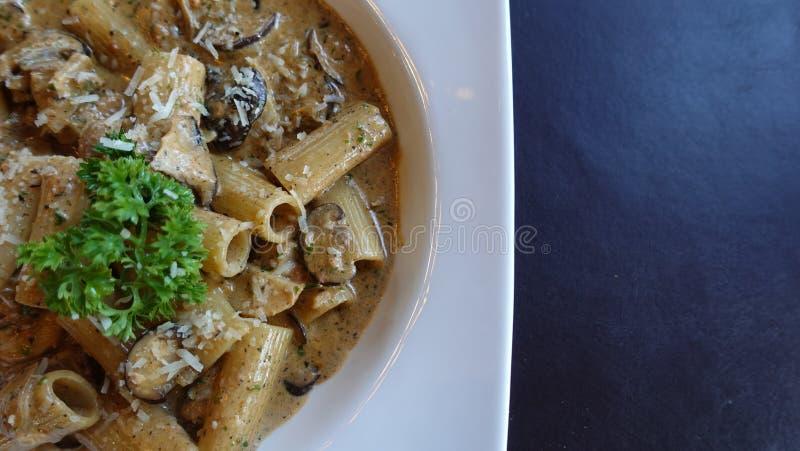 Fettuchini italiano con la salsa del parmesano en el cuenco, cualquier clases de espaguetis foto de archivo libre de regalías