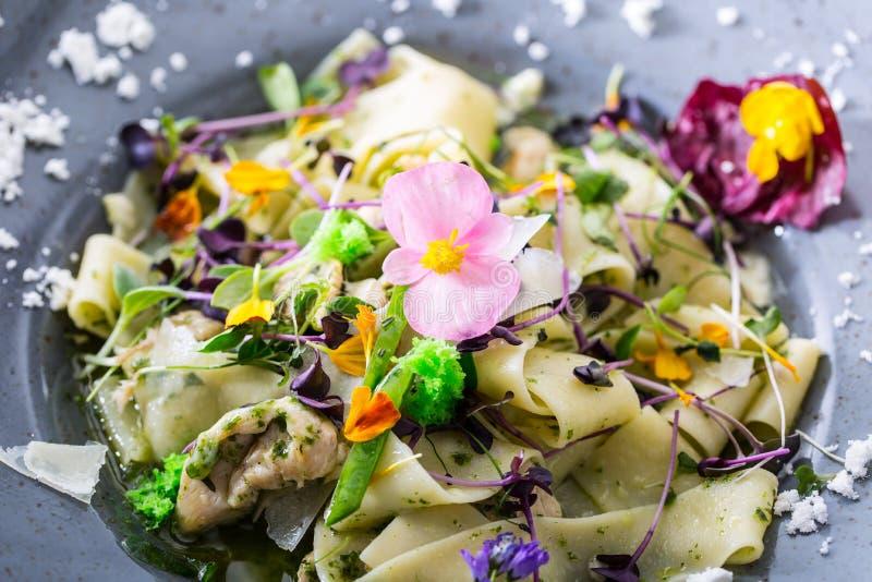 Fettucine italien de pâtes avec le decorati de morceaux et de fleurs de poulet photo stock