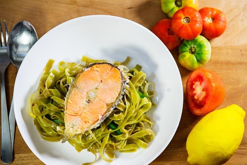 Fettucini avec des saumons photos stock