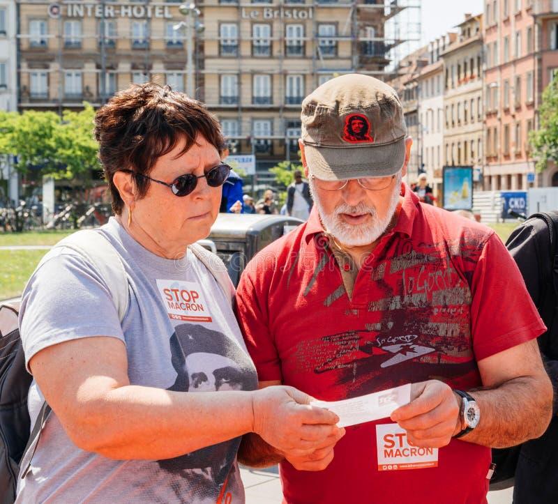 Fetuje Macron seniorów czyta ulotki obrazy stock