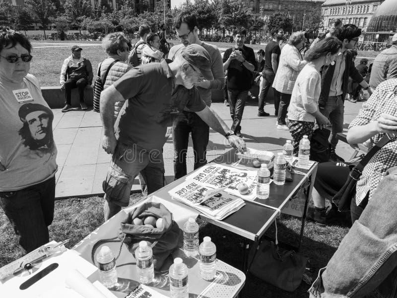 Fetuje Macron starszego mężczyzna bierze ulotki od stołu zdjęcia royalty free
