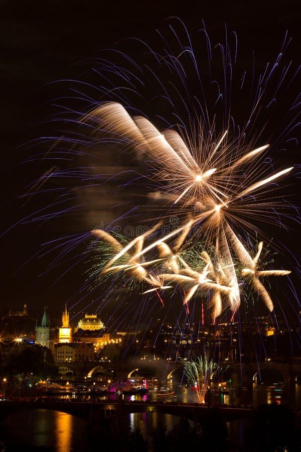 Feu d'artifice au-dessus de fleuve de Vltava photos stock