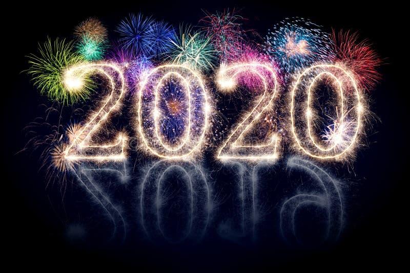 Feu d'artifice coloré et numéro de pyrotechnie brillant 2020 2019 change joyeux concept sylvester concept noir bleu image stock