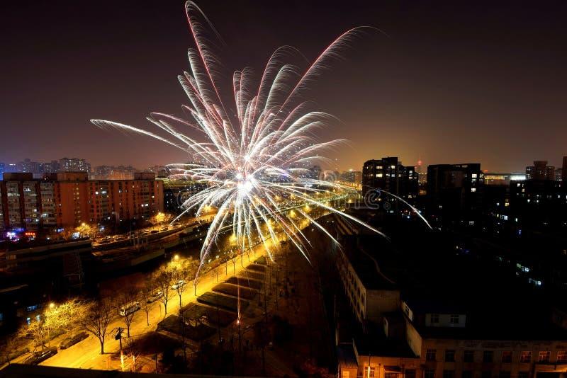 feu d'artifice dans la porcelaine à la nouvelle année chinoise photographie stock libre de droits