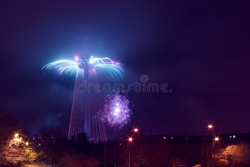 Feu d'artifice de pétillement d'arbre de Noël de tour de Vilnius TV photographie stock