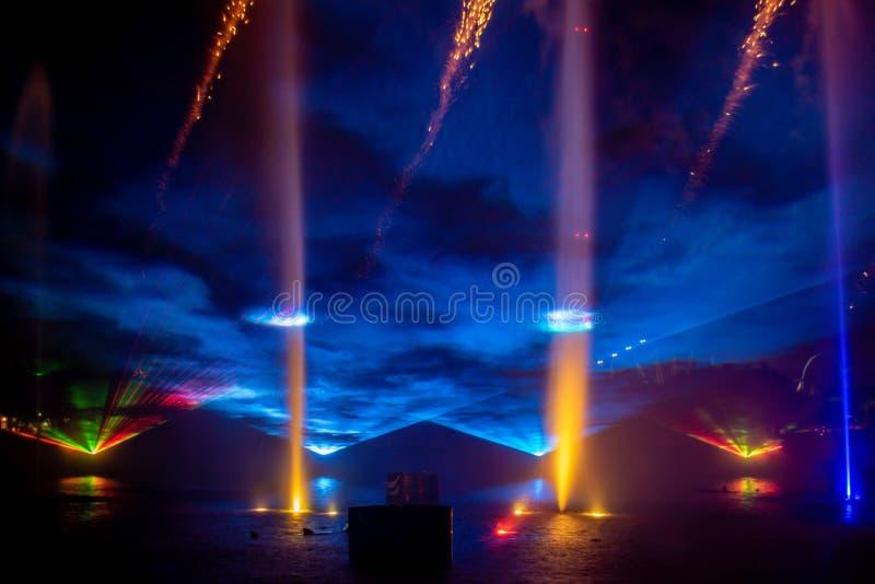 Feu d'artifice, fontaines de danse et écrans de brouillard dans l'Océan électrique à Seaworld 2 photo libre de droits