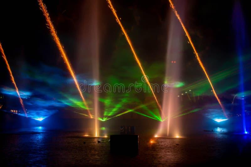 Feu d'artifice, fontaines de danse et écrans de brouillard dans l'Océan électrique à Seaworld 3 photos stock