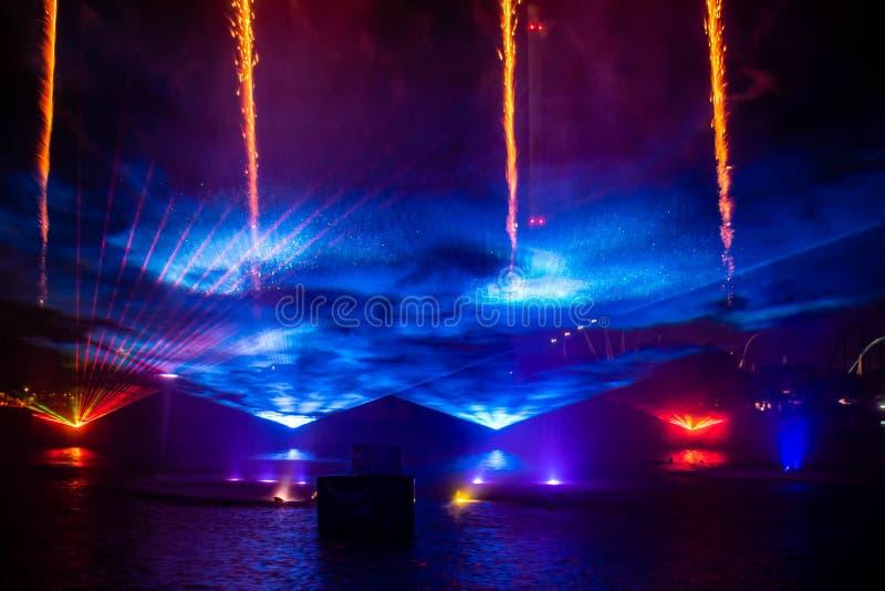 Feu d'artifice , fontaines de danse et lumières colorées dans l'océan électrique à Seaworld 8 image libre de droits